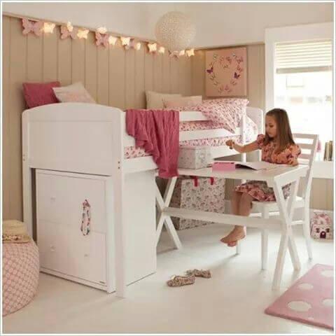 白いベッドと机の子供部屋