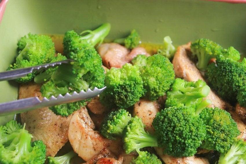 ブロッコリー と鶏肉のサラダ