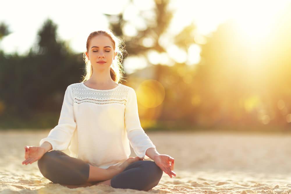 砂の上で瞑想する女性