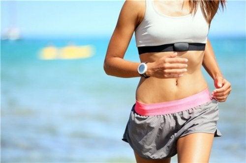 海岸をジョギングする女性