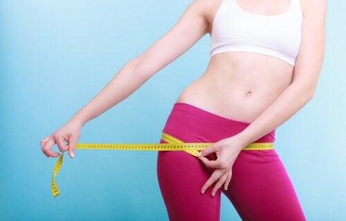 ヒップサイズを測る女性