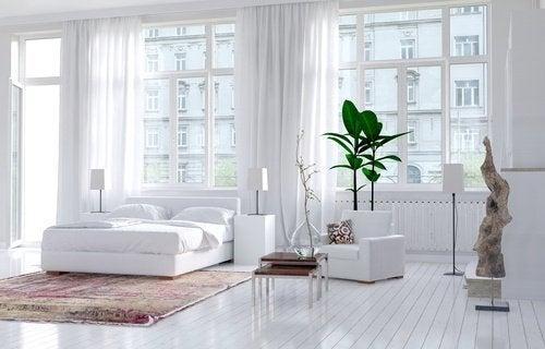 明るい白の寝室
