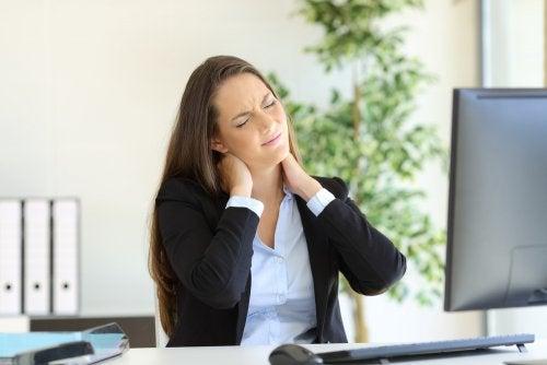 仕事中に首が痛む女性