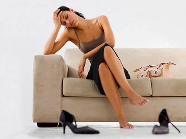 ソファに座っている女性 ギラン・バレー