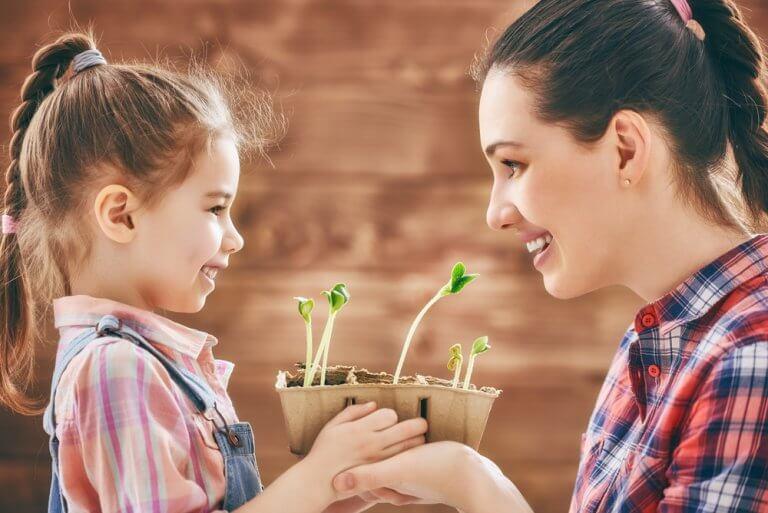 植木を持つ母子