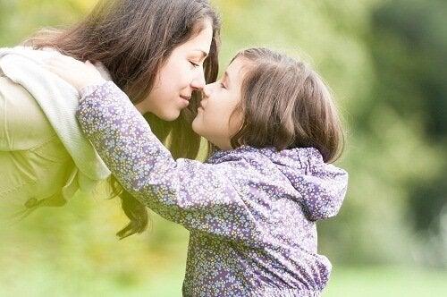 キスする母子