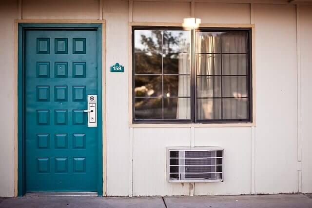 正面玄関と窓