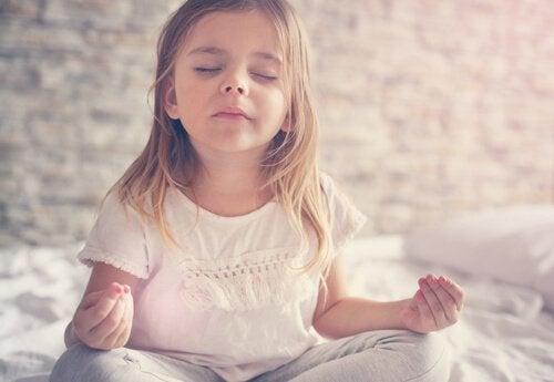 瞑想中の女の子