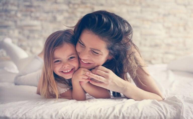 抱き合う母子