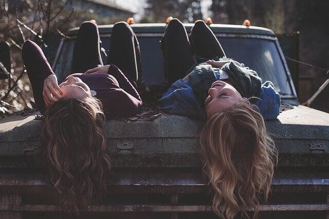 車に寝ころぶ少女達