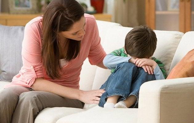 泣く子供に寄り添う母
