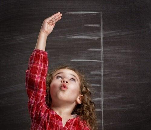 身長測定をしている女の子 亜鉛の特性