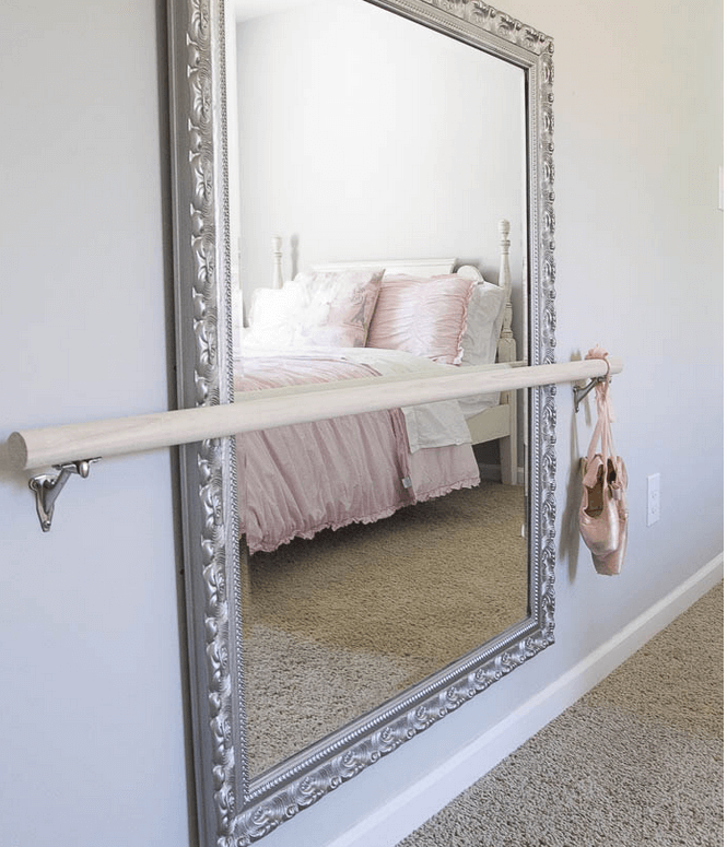 バレエのバー付きの鏡
