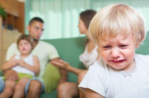 子供の前で夫婦げんかをすることによる影響
