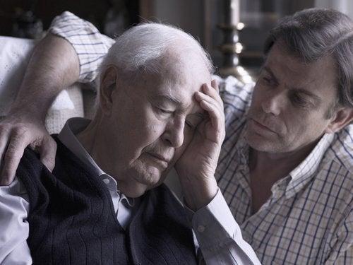 老人に寄り添う男性