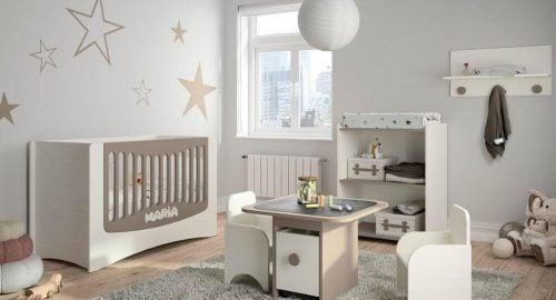 壁に星模様のある赤ちゃんの部屋