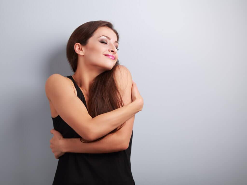 自分をハグする女性 自分を好きになる