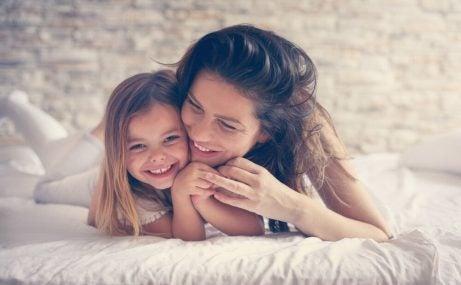 ベッドで笑う母と娘