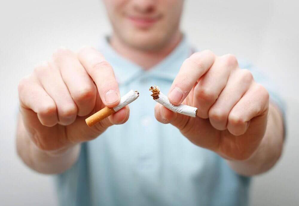 たばこを折る男性