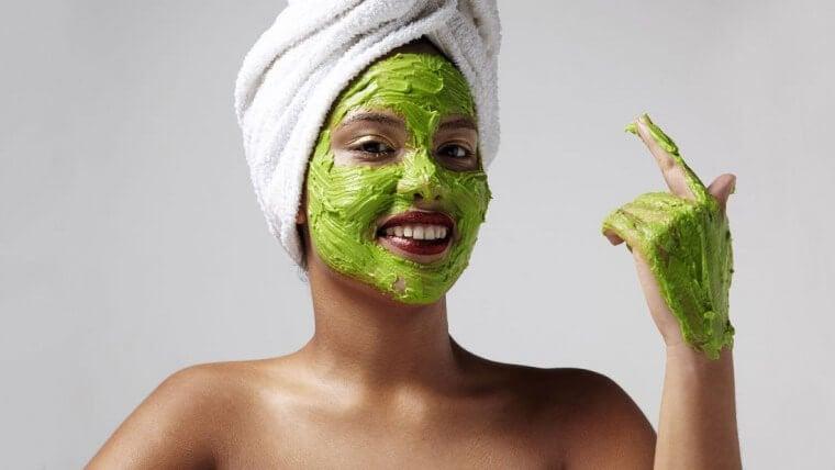 緑色のフェイスパックをする女性