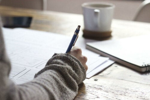 目標を紙に書く女性