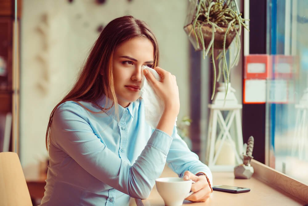 涙をぬぐう女性