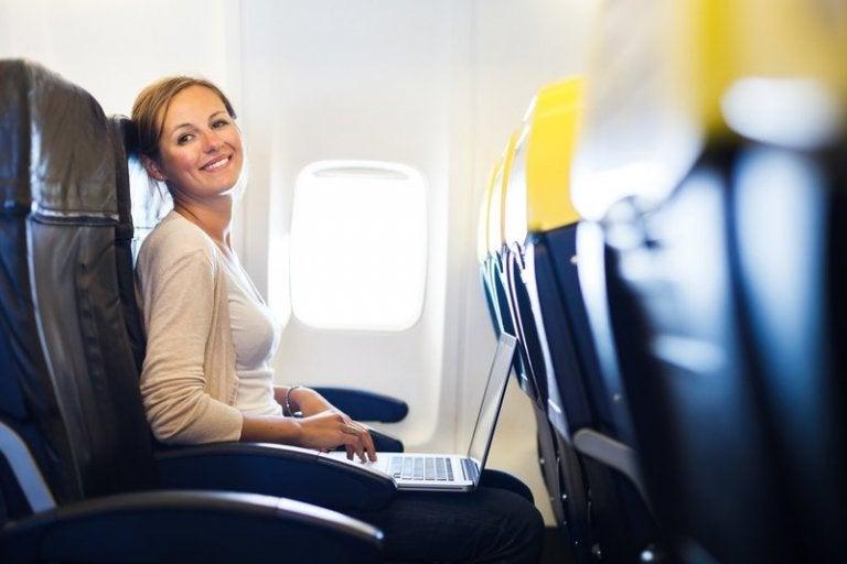 飛行機に乗る女性