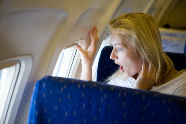 飛行機の中の女性