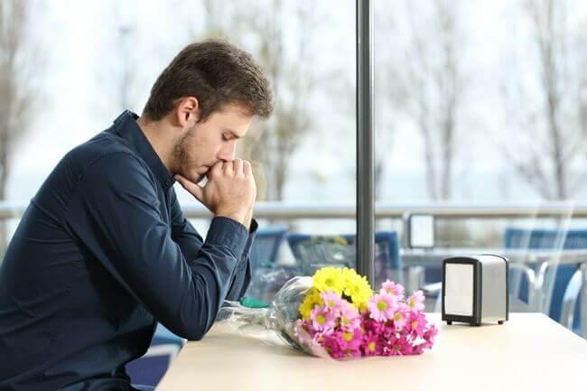 悲しみの中にいる男性