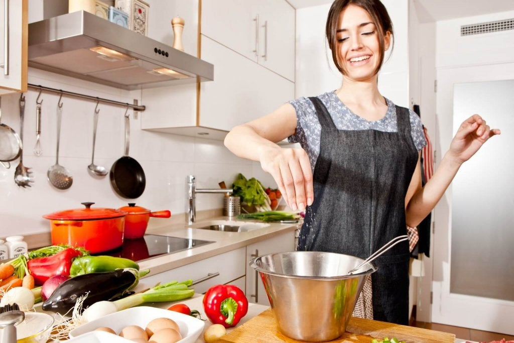 料理をする女性 デトックス