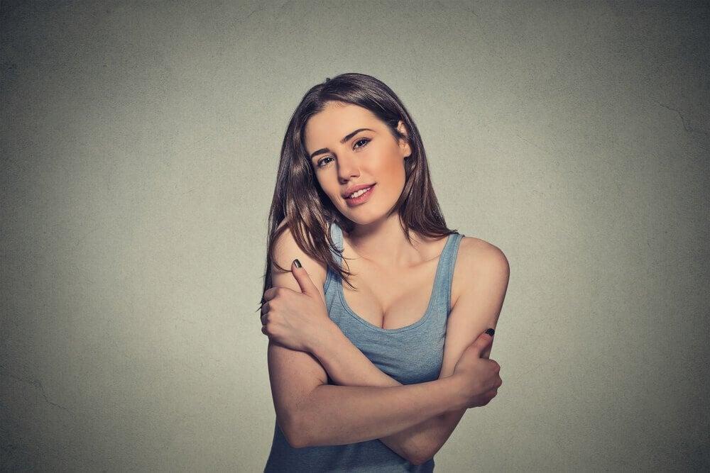 体を抱える女性