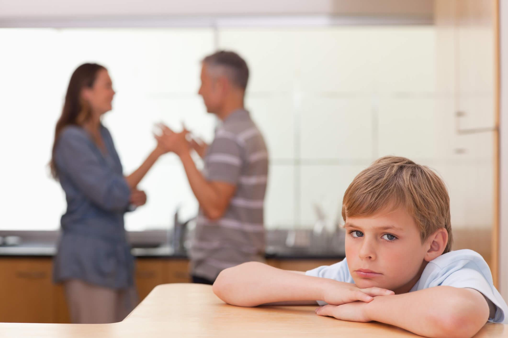 口論する親のそばにいる子供
