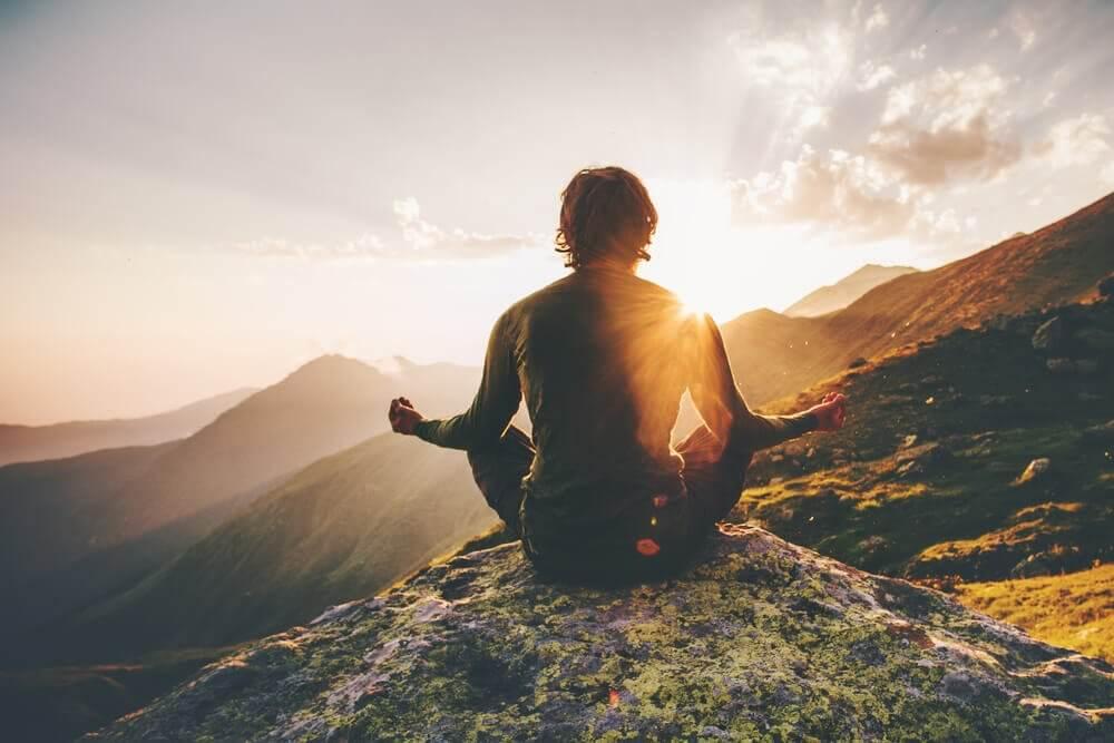 山の上に座る人