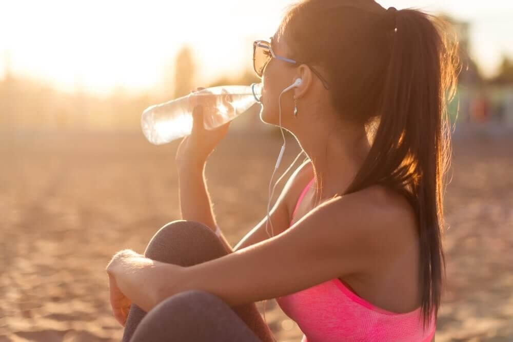 水を飲む 肌を保湿