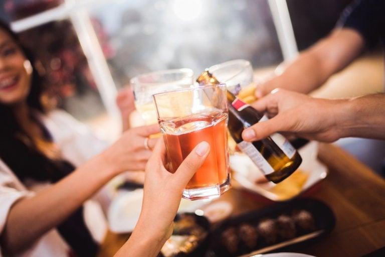 アルコール 消化に悪く便秘の原因になる食品