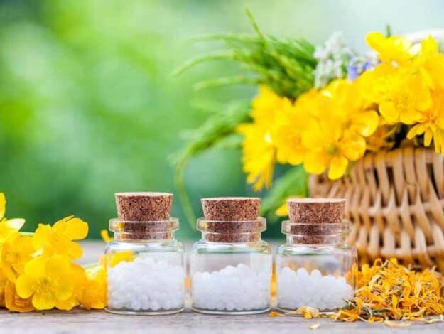 アルニカの花と粒入り瓶