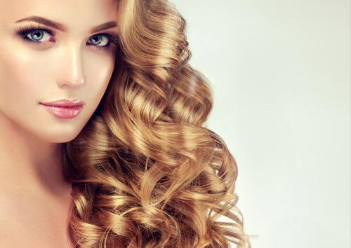 豊かな髪の女性