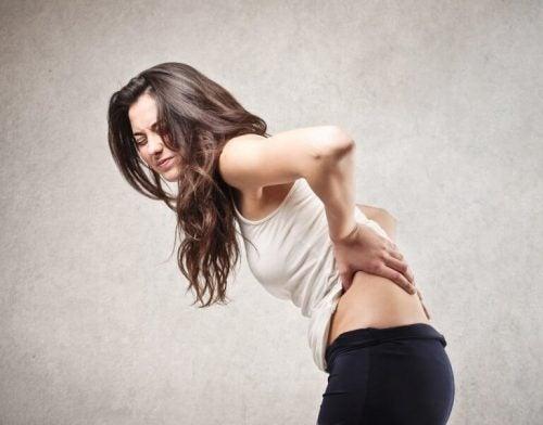背中の痛みの原因となり得る健康問題5つ