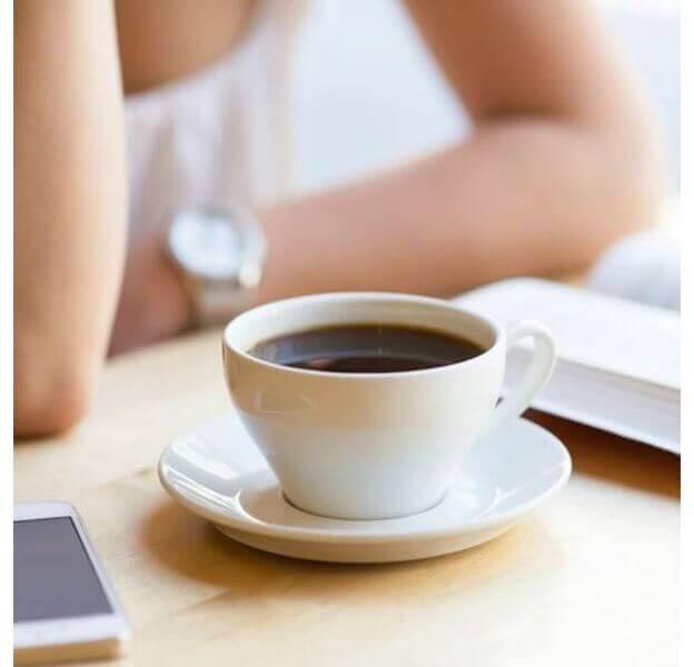 読書中のコーヒー
