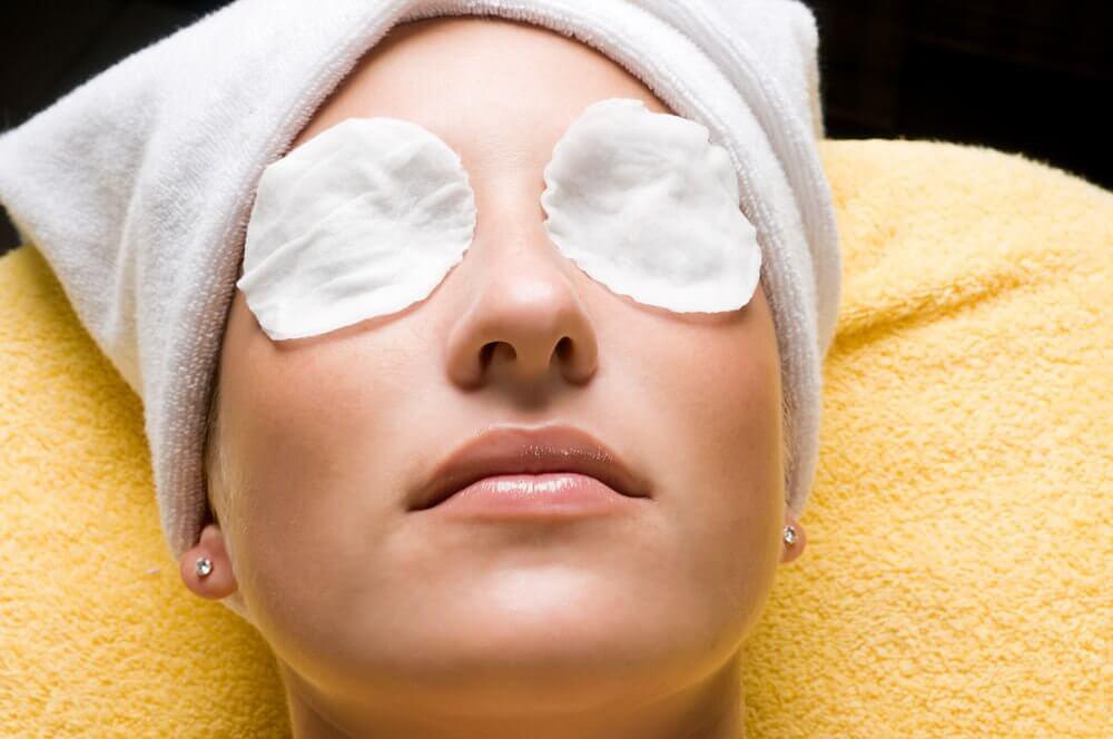 目のパックをする女性