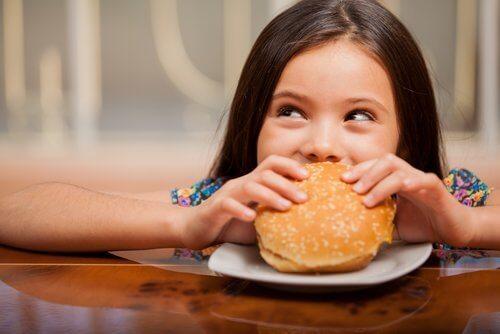 ハンバーガーと女の子  食べ物の好き嫌い