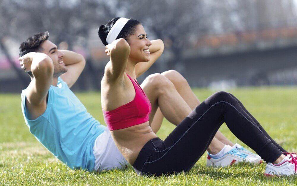 運動する男女 活力を与える朝の習慣