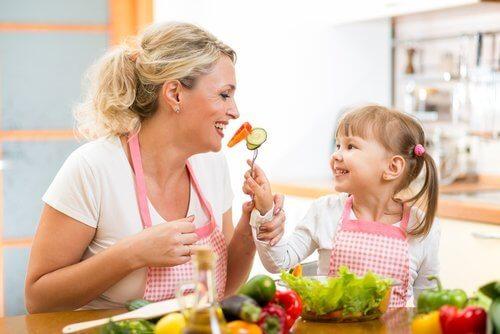 料理をする親子 食べ物の好き嫌い