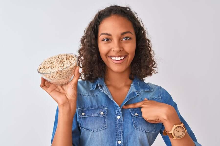 オーツ麦を持つ女性