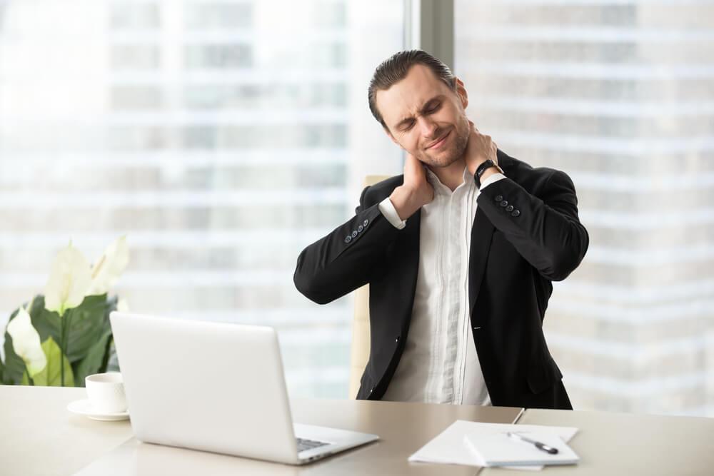 首が痛むオフィスの男性