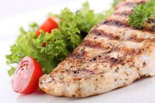 魚の鉄板焼きとレタス・トマト