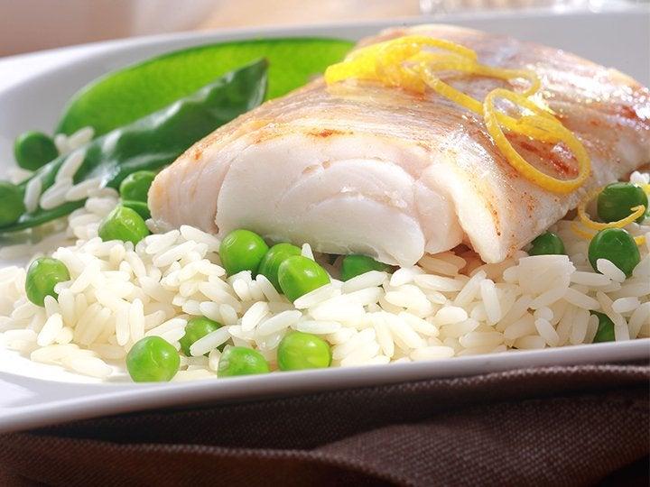 豆ごはんを敷いた魚料理