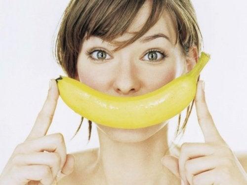 バナナを口元に当てる女性