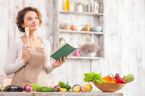 キッチンでメニューを考える女性