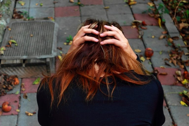 頭を抱え込む女性